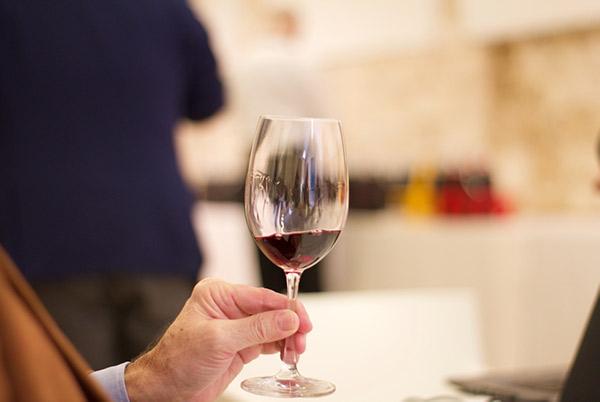 Calice di vino in degustazione a Radici del Sud